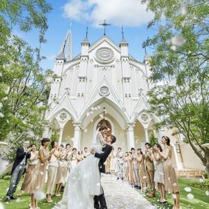 緑溢れるガーデンでのフラワーシャワー。ゲストはお祝いの気持ちをお二人に|京都 アートグレイス ウエディングヒルズの写真(3504672)