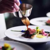 熟練のフランス料理人が日本の良き趣との食材を活かして感動を与える料理をお創りします