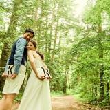 優しい日差しで 純白のドレスが木々に映える