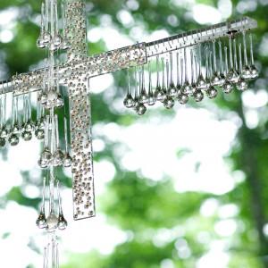 自然の光が降りそそぎクリスタルの十字架が光り輝く|アネーリ軽井沢の写真(504711)