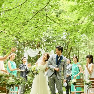 【ゲストからフラワーシャワー!】軽井沢の緑と大切なゲストに包まれて憧れのフラワーシャワーを♪|アネーリ軽井沢の写真(1796778)
