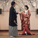 気品漂う和装の美しさ、三々九度や玉串拝礼などひとつひとつの儀式に、日本の美意識が宿る神前挙式をご用意いたします