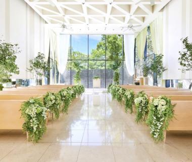 ガラス貼りで天井の高いチャペルは、たくさんの光が差し込む開放的な空間。