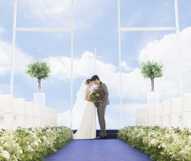 海を見渡せるチャペル。祭壇の向こうに広がる海と空が、お二人の挙式シーンをロマンティックに彩られます。