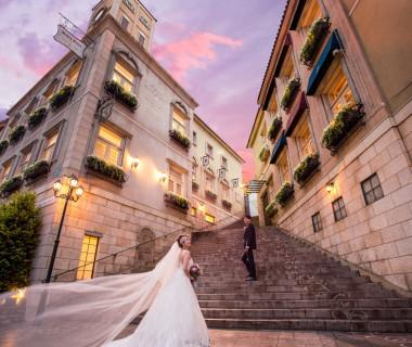 イタリアの街並みをイメージした外観。大階段の先には教会が。