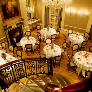 豪奢なシャンデリアが輝くメインダイニング。らせん階段での入場シーンは感動的な美しさ。|オーベルジュ・ド・リル トーキョー(ひらまつウエディング)の写真(3528542)