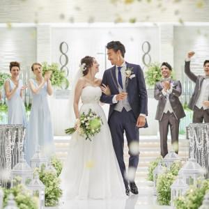 ライトアップされたバージンロードは、ウエディングドレスを明るく映し出す♪セレモニースペースでは、光る祭壇でゲストもサプライズの演出に!!|アルカンシエル横浜 luxemariage アルカンシエルグループの写真(1154708)