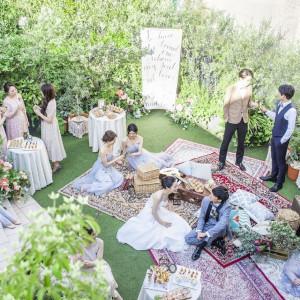 ガーデンを使って、ゲストと写真を撮ったり、ドリンク片手にアットホームパーティ!!|アルカンシエル横浜 luxemariage アルカンシエルグループの写真(8554669)