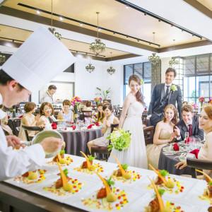 披露宴会場には全会場専用のオープンキッチンが!贅沢なおもてなし体験を♪|アルカンシエル横浜 luxemariage アルカンシエルグループの写真(2354120)