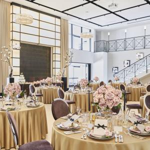 披露宴会場《ニューヨーク》 横浜エリア屈指の広さ、天井高、開放感に加え、大階段、2面スクリーン、オープンキッチン完備のパーティ会場|アルカンシエル横浜 luxemariage アルカンシエルグループの写真(2812095)