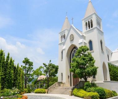 青空に映える独立型大聖堂。 ヨーロッパの雰囲気漂うチャペルで、厳かな挙式が可能です。