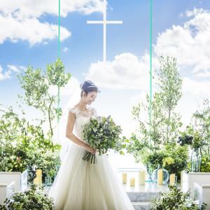 窓からの絶景とともに多くのゲストを挙式から招待できる広さも魅力のチャペル|コットンハーバークラブ(横浜)の写真(3737257)
