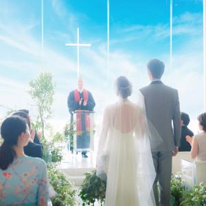 祭壇に立つおふたりの前に広がる港の景色が、誓いの瞬間をより印象的に演出|コットンハーバークラブ(横浜)の写真(3737100)