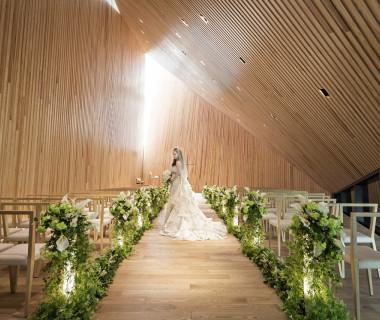 『森の中の光』をイメージした教会は自然光が差し込み木の香りが溢れる優しい空間