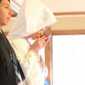 日本の儀礼に基づき、三々九度の杯を交わすおふたり。 三渓園 鶴翔閣(横浜市指定有形文化財)の写真(809788)