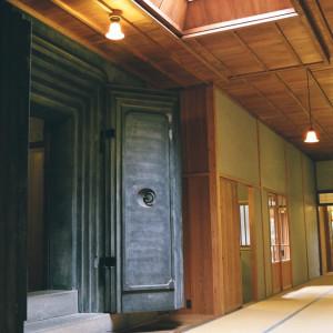 建造当時からある荘厳な石造りの蔵前も人気の撮影スポット。|三渓園 鶴翔閣(横浜市指定有形文化財)の写真(809871)