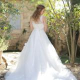 純白のウェディングドレスは自然光によって輝きます