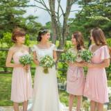 森の妖精のようなドリーミーなドレスに淡いピンクのブライズメイドドレスが可愛らしいコーディネイト