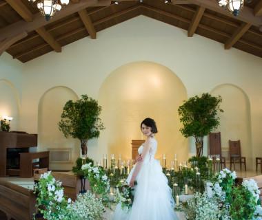 アニエスチャペルでのキリスト教式、人前式はお二人の気持ちをこめて、ゲストと一体になれる挙式空間に。