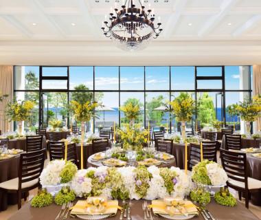 絶景が楽しめる大きな窓ガラスが特徴の開放的な披露宴会場