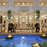 プールの周りにはキャンドルを飾ってより幻想的な空間に