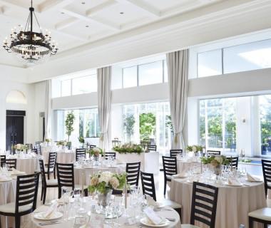 白を基調とした、天井高のある披露宴会場