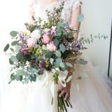 人気の高い袖付きドレスで、他の花嫁さんよりワンランク上の花嫁さんに。