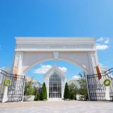 「正面入り口」大きな門をくぐり抜けると非日常空間がゲストを包み込む【ララシャンスいわき】