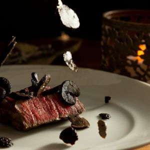 【特選和牛のグリル 黒トリュフを纏って】 料理にこだわりをもつお二人からのオリジナルメニュー 何とも贅沢な仕上がりに|LA TABLE Aoyama(ラ ターブル アオヤマ)の写真(4657053)