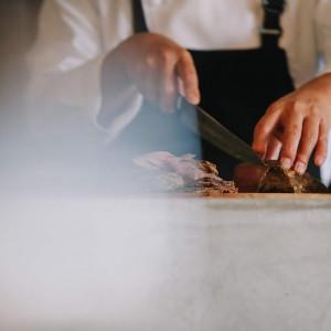 自家製ローストビーフをゲストの目の前でカッティングサービス! シェフが参加する料理演出も人気!|LA TABLE Aoyama(ラ ターブル アオヤマ)の写真(7627794)
