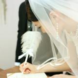 結婚誓約書へのサイン。これからの幸せへの誓いを立てる