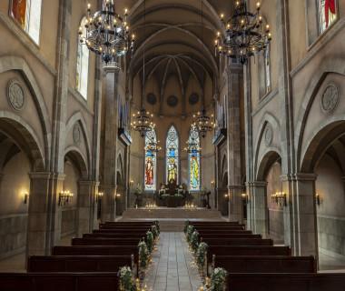 歴史を重ねたアンティークが厳かさと重量感を生む大聖堂