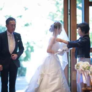 「行ってらっしゃい」の一言と共に最後の花嫁支度をお母様に整えていただきます。今まで大切に育ててくれた親御様へ感謝のお気持ちをお伝えできる大切な瞬間です。|プリティチャペル大宮( セントパルク教会 )の写真(7923313)