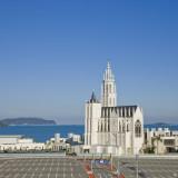 紺碧の海と蒼天の中の白い大聖堂。福岡市のアウトレット、マリノアシティのランドマークです。