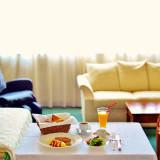 朝食は全室ルームサービス。11時のチェックアウトまで、ひとときをゆっくり楽しむことができる