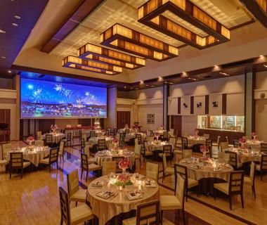 天井が高く、開放感のある披露宴会場。大迫力のスクリーンや、バーカウンターも完備。ドリンクの種類も豊富!
