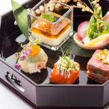 フレンチと和が融合した人気の祝い八寸。様々な食材を使用し彩も鮮やか。