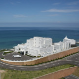宝石色の海を見晴らす絶景 丘の上に佇む白亜のホテル