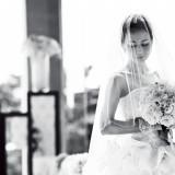 真っ白なウェディングドレスは新婦様にとってとても重要なもの。運命の1着で特別な1日をお過ごしください。