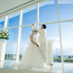 太陽の光に包まれて誓いのキス。|シー シェル ブルー/サザンビーチホテル&リゾート●小さな結婚式の写真(1302305)