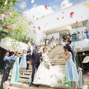 挙式の後は開放感あふれる大階段で祝福のフラワーシャワー♪|アルカンシエルluxemariage名古屋:アルカンシエルグループの写真(1932195)