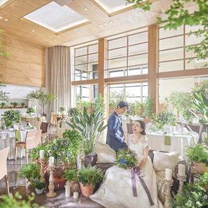 オープンキッチンから出来立てのお料理が召し上がれます♪天井高も高く、花嫁憧れの階段から入場も叶う!|アルカンシエルluxemariage名古屋:アルカンシエルグループの写真(3305086)