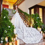 教会中階段はすべて大理石。高級感溢れるロビーに純白のドレスがよく映えます。