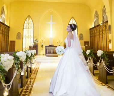 開放感のある吹き抜けの天井。大理石造りの床には純白のドレス反射します。