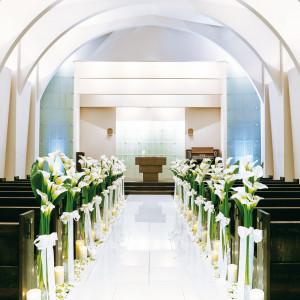 白基調でアーチ状のデザインのシンプルなチャペル|ル・グラン・ミラージュの写真(4311723)