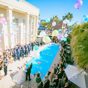 前へ次へ 青空に向かってのバルーンリリースは、歓声が上がる人気演出。広いガーデンを使って、カラフルな色をチョイスして|ル・グラン・ミラージュの写真(2422715)
