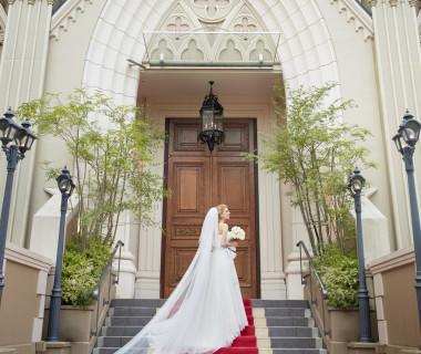大聖堂にぴったりのロングトレーンやベールは花嫁を一層特別に引き立ててくれる。ドレス探しも結婚式準備の楽しみのひとつ♪