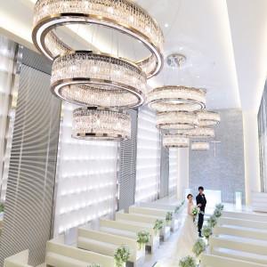 幻想的な光に満ちた空間は壁面に700個のキャンドルが輝き、誓いを見守る。ガラスのバージンロードは光が反射して美しさを輝かせる。|BIANCARA HILLSIDE TERRACE(ビアンカーラ ヒルサイドテラス)の写真(3334224)