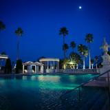 ライトアップされた夜のガーデン&プールは幻想的な雰囲気。冬はイルミネーションが灯り華やかに。