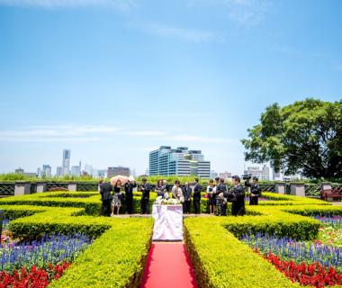 イタリア山庭園でのガーデン挙式。 とっても綺麗な青い空とお花に囲まれ、横浜の景色も一望できます。 まるでお花畑のようです!